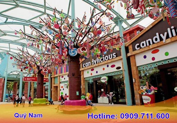 Khách du lịch không chỉ mua bánh kẹo về làm quà mà nhiều người còn chọn nhập mặt hàng này về Việt Nam để kinh doanh