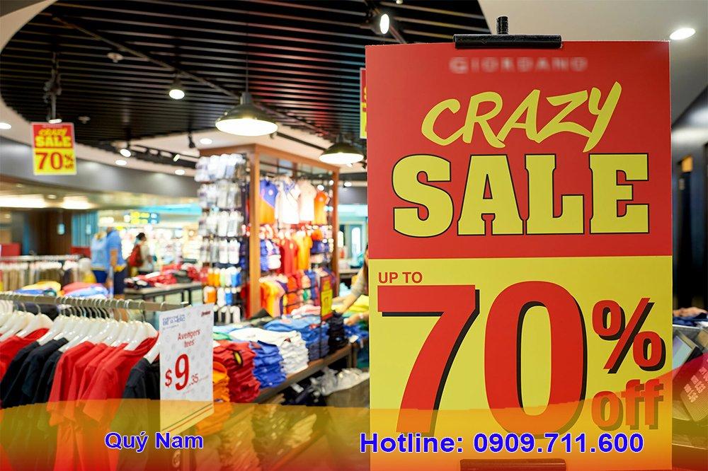 Tại các trung tâm thương mại vào mùa sale off, hàng hóa thời trang có thể giảm tới 70%