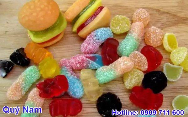 Kẹo dẻo có màu sắc bắt mắt, được các bạn nhỏ đặc biệt yêu thích